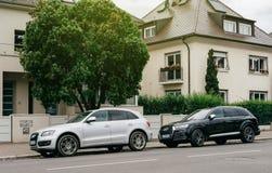 2 uxury автомобиля Audi припаркованного перед домом Стоковая Фотография RF