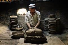 uyghur Mann an seiner Werkstatt, die traditionelle Tonwaren formt stockfotos