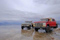 Uyuni,玻利维亚, 2018年1月31日:撒拉族de Uyuni盐湖舱内甲板, Uyuni,玻利维亚被反射的表面上的老卡车  免版税库存照片