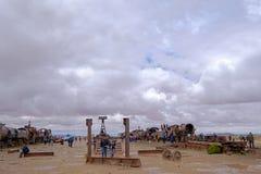 Uyuni,玻利维亚, 2018年1月31日:站立在火车坟园,大众观光业, Uyuni,玻利维亚的游人 免版税库存照片