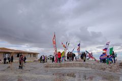 Uyuni, Βολιβία, στις 31 Ιανουαρίου 2018: Τουρίστες στο μνημείο σημαιών στην αλατισμένη λίμνη επίπεδη, μαζικός τουρισμός, Uyuni, Β Στοκ εικόνες με δικαίωμα ελεύθερης χρήσης