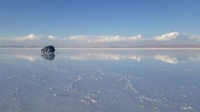 UYUNI, BOLIVIË - DEC 2018: De dorre Zoute vlakten van Salar de Uyuni een reis en een 4x4 stock footage