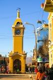 UYUNI BOLIWIA, LIPIEC, - 16, 2008 Żółty uliczny zegarowy wierza w Uyuni, Boliwia na 16 Lipu, 2008 Fotografia Stock