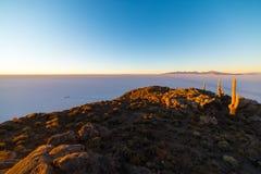 Uyuni-Salz flach auf den bolivianischen Anden bei Sonnenaufgang Lizenzfreie Stockfotos