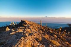 Uyuni-Salz flach auf den bolivianischen Anden bei Sonnenaufgang Lizenzfreies Stockbild