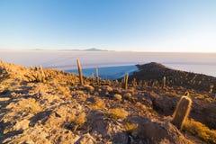 Uyuni-Salz flach auf den bolivianischen Anden bei Sonnenaufgang Stockfoto