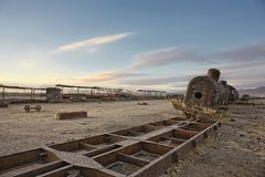 Uyuni Vista di angolo basso di cielo blu sopra il vecchio treno abbandonato a Ce fotografia stock libera da diritti