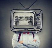 Uzależniający się fałszować wiadomość mężczyzny z telewizją zamiast jego kierowniczego ogląda TV zdjęcia royalty free