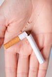 uzależnienie Łamany papieros na ręce przestań obrazu 3 d antego wytopione palenia Zdjęcie Royalty Free