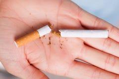 uzależnienie Łamany papieros na ręce przestań obrazu 3 d antego wytopione palenia Fotografia Stock