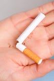 uzależnienie Łamany papieros na ręce przestań obrazu 3 d antego wytopione palenia Zdjęcia Stock
