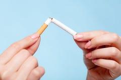 uzależnienie Ręki łama papieros przestań obrazu 3 d antego wytopione palenia Fotografia Stock