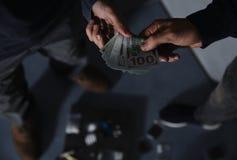 Uzależniony mężczyzny kupienie narkotyzuje od handlowa na zamazanym tle zdjęcie stock