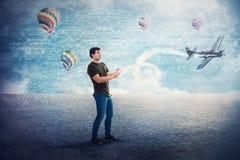 Uzależniony młody człowiek bawić się 3d gra wideo ma zabawę w rzeczywistość wirtualna świacie zdjęcie stock