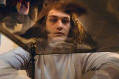 Uzależniony nastoletni chłopak doświadcza psychotropowych skutki obrazy royalty free