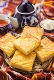 Uzbeka krajowy jedzenie na tradycyjnych tkanin adras Obrazy Royalty Free