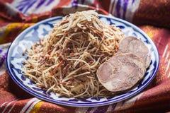 Uzbeka krajowy karmowy norin na tradycyjnych tkanin adras Obrazy Stock
