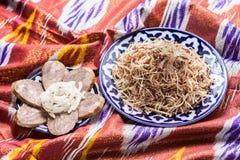 Uzbeka krajowy karmowy norin na tradycyjnych tkanin adras Obraz Royalty Free