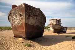 Uzbekistan łodzie w pustyni wokoło morza lub Aral jeziora Moynaq, Aral - Zdjęcie Stock
