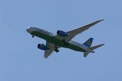 Uzbekistan Airways Boeing 787 Dreamliner descend pour débarquer à l'aéroport international de JFK Images stock