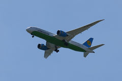 Uzbekistan Airways Boeing 787 Dreamliner descends for landing at JFK International Airport Stock Images