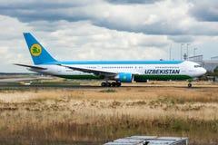 Uzbekistan Airways Boeing 767-300 het vertrek van het UK-67001 passagiersvliegtuig bij de Luchthaven van Frankfurt stock afbeeldingen