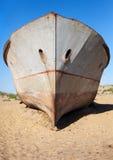 Uzbekistan, Asia - łodzie w pustyni wokoło morza lub Aral jeziora Moynaq, Aral - Obrazy Stock