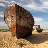 Uzbekistan, Asia - łodzie w pustyni wokoło morza lub Aral jeziora Moynaq, Aral - Zdjęcia Stock