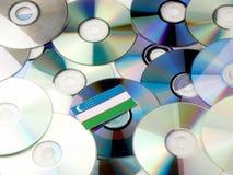 Uzbekistan flaga na górze cd i DVD stosu odizolowywającego na bielu Zdjęcia Royalty Free