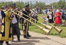 Uzbeks spielen lang Messingmusikinstrumente stockfotografie