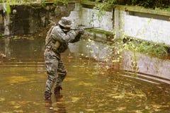 uzbrojony marine jest u Zdjęcia Royalty Free