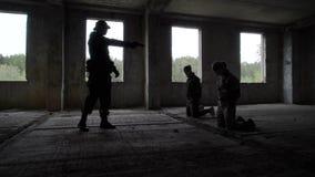 Uzbrojony ochroniarz i zakładnicy zbiory wideo