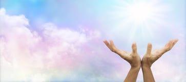 Uzdrawiający ręki szeroko rozpościerać w kierunku słońca Fotografia Royalty Free