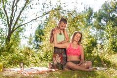 Uzdrowiciel daje jej klientowi odświeżającemu masażowi w świetle słonecznym obrazy stock