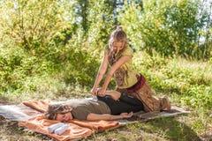 Uzdrowiciel wykonuje relaksującego masaż outside obraz stock