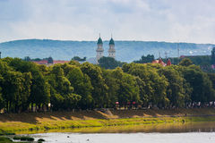 UZGHOROD - 23 GIUGNO: bella vista di una sponda del fiume nel Uzghor immagini stock