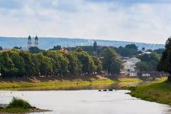 UZGHOROD - JUNI 23: härlig sikt av en flodbank i Uzghoren arkivbild