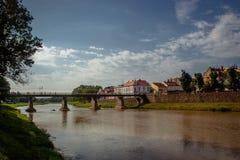 Uzhgorod,乌克兰, 2017年6月28日:河上的桥t的 免版税库存照片