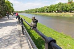 Uzhgorod,乌克兰- 2016年4月27日:好战士Svejk小古铜色雕象附有扶手栏杆在堤防 库存照片