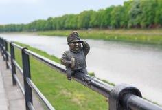 Uzhgorod,乌克兰- 2016年4月27日:好战士Svejk小古铜色雕象附有扶手栏杆在t的Kyivska堤防 免版税库存图片