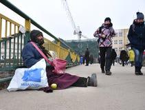 UZHGOROD,乌克兰- 2017年2月16日:贫困者乞求为施舍 库存照片
