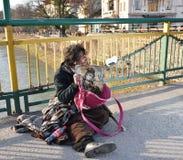 UZHGOROD,乌克兰- 2017年3月04日:贫困者乞求为施舍  免版税库存图片