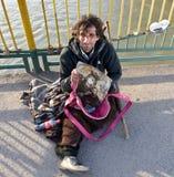 UZHGOROD,乌克兰- 2017年3月04日:贫困者乞求为施舍  免版税库存照片