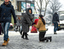 UZHGOROD, ΟΥΚΡΑΝΙΑ - 26 ΔΕΚΕΜΒΡΊΟΥ 2016: Φτωχή γυναίκα που ικετεύει για το alm Στοκ φωτογραφία με δικαίωμα ελεύθερης χρήσης