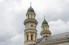 UZHGOROD, УКРАИНА - МАЙ 2019: Придает куполообразную форму: собор Uzhgorod греческий католический святой перекрестный стоковое фото
