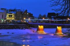 Uzhgorod de Oekraïne - 7 JANUARI, 2017 Nachtmening op bevroren de voetgangersbrugavond van de de Wintersneeuw Stock Foto's