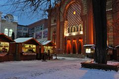 Uzhgorod de Oekraïne - 7 JANUARI, van de de Wintersneeuw van 2017 de de nachtstad van de binnenstad Uzhgorod de Oekraïne Royalty-vrije Stock Foto's