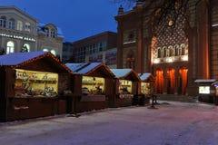 Uzhgorod de Oekraïne 7 JANUARI, van de de Wintersneeuw van 2017 de de nachtstad van de binnenstad Uzhgorod de Oekraïne Royalty-vrije Stock Foto's