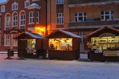 Uzhgorod de Oekraïne 7 JANUARI, van de de Wintersneeuw van 2017 de de nachtstad van de binnenstad Uzhgorod de Oekraïne Stock Fotografie