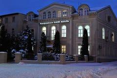 Uzhgorod de Oekraïne 7 JANUARI, van de de Wintersneeuw van 2017 de de nachtstad van de binnenstad Uzhgorod de Oekraïne Royalty-vrije Stock Afbeeldingen